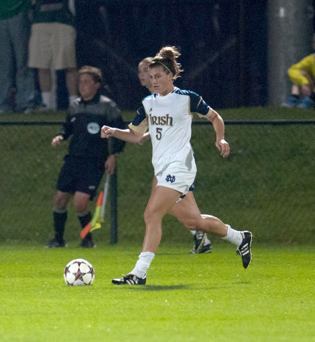 Irish sophomore Cari Roccaro dribbles downfield during Notre Dame's 1-0 victory over Syracuse on Sept. 19, 2013.