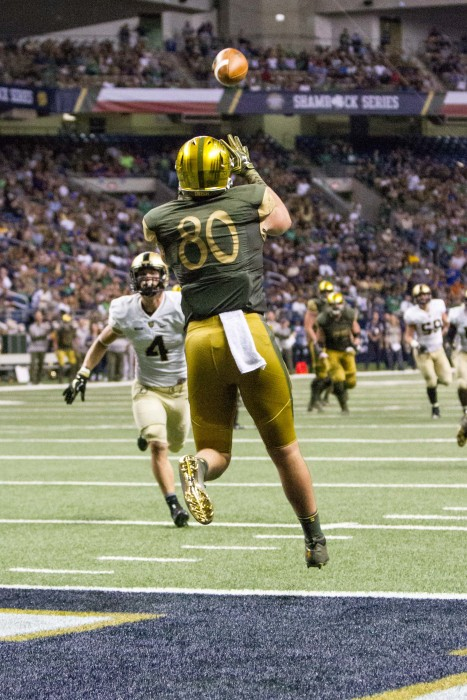 Durham Smythe catches a touchdown pass in Notre Dame's 44-6 win over Army in San Antonio.