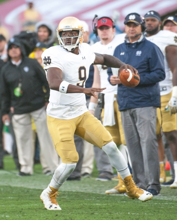 Former Irish senior quarterback Malik Zaire looks to throw across his body during Notre Dame's 45-27 loss to USC on Nov. 26.